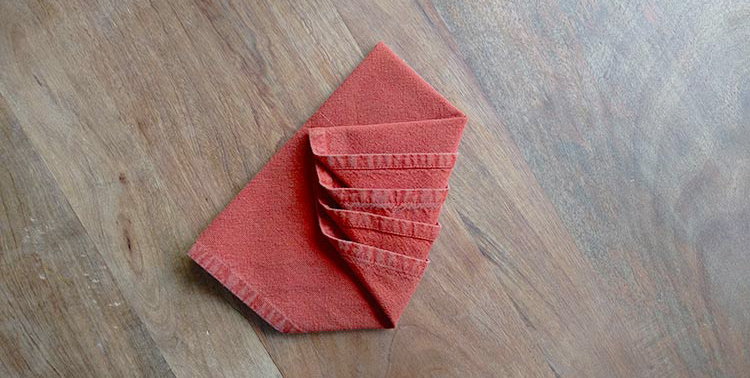 テーブルにもクリスマス!ナプキンをツリー型にたたんでみよう