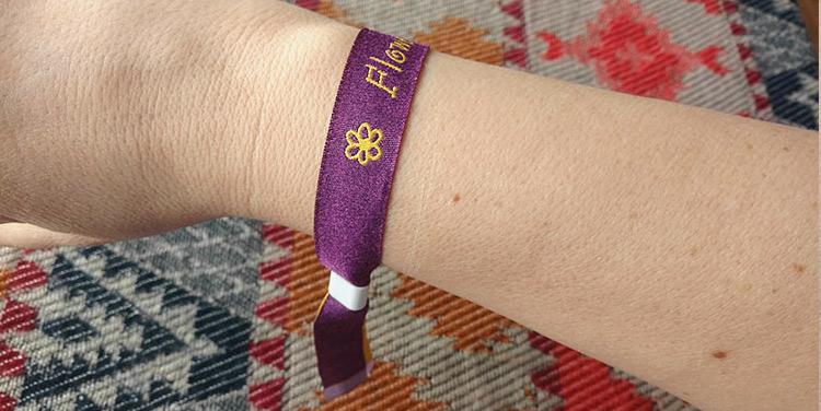 Come usare un braccialetto per eventi con chiusura scorrevole