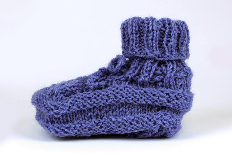 Header: How to knit baby shoes